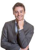 Uśmiechnięty młody biznesowy mężczyzna zdjęcia stock