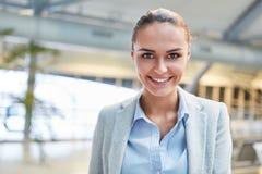 Uśmiechnięty młody bizneswoman na podróży obraz stock