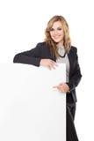 Uśmiechnięty Młody bizneswomanu mienia pustego miejsca znak odizolowywający na bielu Zdjęcie Stock
