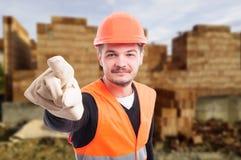 Uśmiechnięty młody budowniczy wskazuje przy tobą obrazy stock