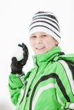 Uśmiechnięty młody chłopiec narządzanie rzucać snowball Obrazy Royalty Free