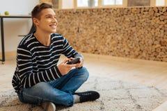 Uśmiechnięty młody człowiek bawić się grę obrazy royalty free