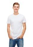 Uśmiechnięty młody człowiek w pustej białej koszulce zdjęcia royalty free