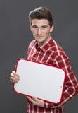 Uśmiechnięty młody męskiego ucznia mienia kopii przestrzeni sztandar Zdjęcie Stock