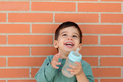 Uśmiechnięty małe dziecko bierze butelkę zdjęcia royalty free
