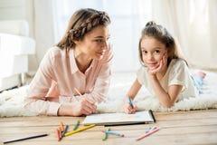 Uśmiechnięty matki i córki rysunku obrazek wpólnie Obraz Royalty Free