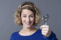 Uśmiechnięty mechanik dziewczyny mienia wyrwanie dla zabawy samochodowego naprawiania Zdjęcie Stock