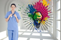 Uśmiechnięty medyczny stażysta jest ubranym błękitnego shortsleeve mundur Obraz Royalty Free