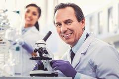 Uśmiechnięty mikrobiolog robi nowemu odkryciu fotografia royalty free