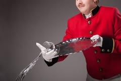 Militarny kelner rozlewa wino Obrazy Stock