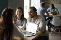 Uśmiechnięty millennial pary spotkania pośrednik handlu nieruchomościami lub asekuracyjny makler wewnątrz zdjęcia royalty free