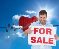 Uśmiechnięty model trzyma a dla sprzedaż znaka Fotografia Royalty Free