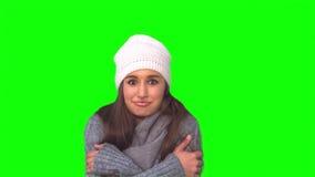 Uśmiechnięty model w zimy odzieżowym rozbijaniu zbiory wideo