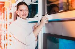 Uśmiechnięty nastolatek blisko dużego akwarium wskazuje ciekawić mo Fotografia Stock