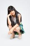 Uśmiechnięty nastoletni azjatykci dziewczyny obsiadanie Obrazy Royalty Free