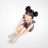 Uśmiechnięty nastoletni azjatykci dziewczyny obsiadanie na podłoga Fotografia Royalty Free