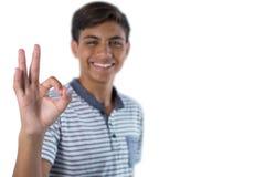 Uśmiechnięty nastoletni chłopak gestykuluje zadowalającego ręka znaka Zdjęcie Royalty Free