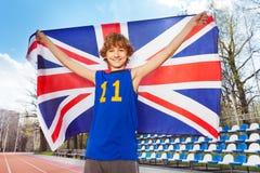 Uśmiechnięty nastoletni chłopak z Brytyjski flaga na stadium obrazy stock