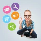 Uśmiechnięty nastoletni dziewczyny obsiadanie na podłoga z pastylka komputerem osobistym obrazy stock