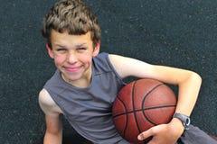 Uśmiechnięty nastoletni z koszykówką Zdjęcie Stock