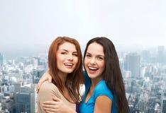 Uśmiechnięty nastoletnich dziewczyn ściskać Obraz Stock