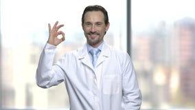 Uśmiechnięty naukowiec pokazuje ok znaka zdjęcie wideo