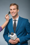 Uśmiechnięty newscaster ono przygotowywa Zdjęcia Stock