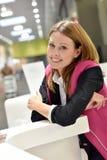 Uśmiechnięty obsługa klienta asystent przy recepcyjnym biurkiem obraz stock
