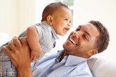 Uśmiechnięty ojciec Bawić się Z dziecko synem W Domu fotografia royalty free