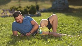 Uśmiechnięty ojciec i syn cieszy się czas wolnego outdoors zdjęcie wideo