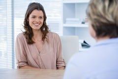 Uśmiechnięty pacjent konsultuje lekarkę zdjęcia royalty free