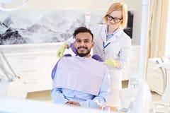 Uśmiechnięty pacjent przy Stomatologicznym pokojem obrazy stock