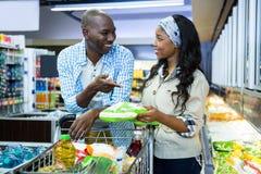 Uśmiechnięty para zakupy w sklep spożywczy sekci obrazy stock