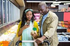 Uśmiechnięty para zakupy w sklep spożywczy sekci obrazy royalty free