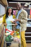 Uśmiechnięty para zakupy w sklep spożywczy sekci przy supermarketem obrazy stock
