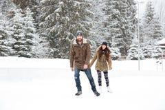 Uśmiechnięty pary jazda na łyżwach outdoors Fotografia Stock