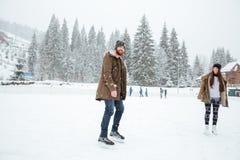 Uśmiechnięty pary jazda na łyżwach outdoors Obrazy Stock
