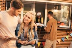 Uśmiechnięty pary mienia menu zdjęcia royalty free