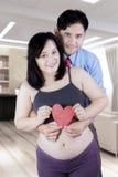 Uśmiechnięty pary mienia serca symbol zdjęcie stock