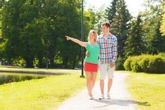Uśmiechnięty pary odprowadzenie w parku Obraz Stock