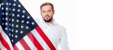 Uśmiechnięty patriotyczny mężczyzna trzyma Stany Zjednoczone flaga USA świętuje 4th Lipa fotografia royalty free
