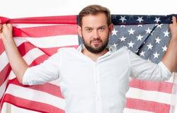 Uśmiechnięty patriotyczny mężczyzna trzyma Stany Zjednoczone flaga USA świętuje 4th Lipa zdjęcia stock