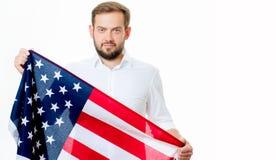 Uśmiechnięty patriotyczny mężczyzna trzyma Stany Zjednoczone flaga USA świętuje 4th Lipa zdjęcia royalty free