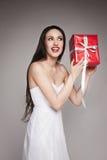 Uśmiechnięty piękny kobiety mienia prezent Obraz Stock