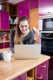 Uśmiechnięty piękny młoda kobieta zakupy, kupienie od domu i online obraz stock