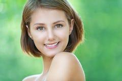 Uśmiechnięty piękny młodej kobiety zakończenie up obraz stock