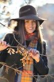 Uśmiechnięty piękny model z eleganckim kapeluszem Obrazy Stock