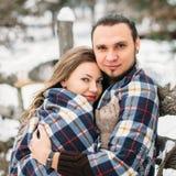 Uśmiechnięty piękny pary przytulenie w zima parku i patrzeć kamerę Kwadratowy obrazek Zdjęcia Royalty Free