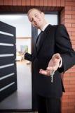 Uśmiechnięty pośrednik w handlu nieruchomościami Zdjęcie Stock