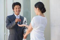 Uśmiechnięty pośrednik w handlu nieruchomościami daje kluczowi nabywca Zdjęcia Royalty Free